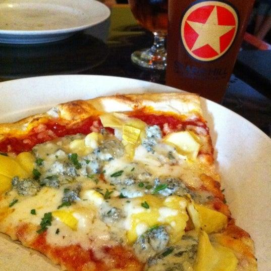 Foto tomada en Radius Pizza por Miss M. el 4/20/2011