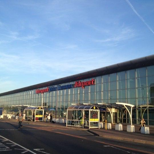 รูปภาพถ่ายที่ Liverpool John Lennon Airport (LPL) โดย Renata W. เมื่อ 9/2/2012