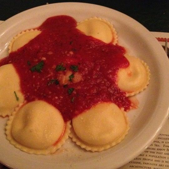 Das Foto wurde bei Mona Lisa Italian Restaurant von Robin D. am 9/1/2012 aufgenommen