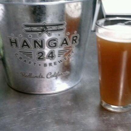 Foto tirada no(a) Hangar 24 Craft Brewery por Arnel B. em 2/22/2012