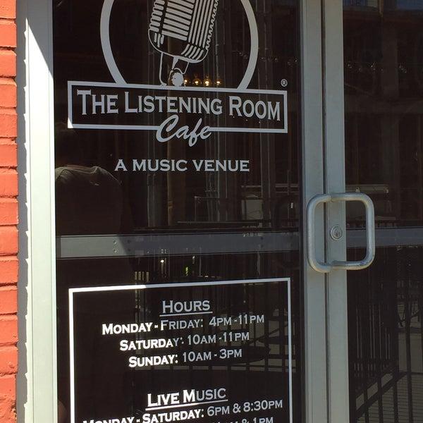 Foto scattata a The Listening Room Cafe da Rhonda R. il 6/9/2016