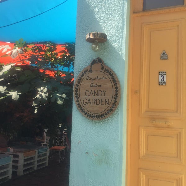 Photo prise au Büyükada Bistro Candy Garden par Tülin E. le7/29/2018