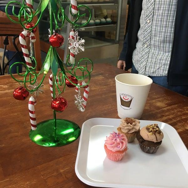 Foto tirada no(a) Cupprimo Cupcakery & Coffee Spot por Juan R. em 12/26/2017
