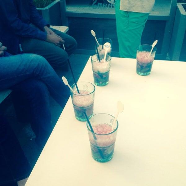 Photo prise au Noa Resto-Lounge-Bar par Ella D. le6/20/2014