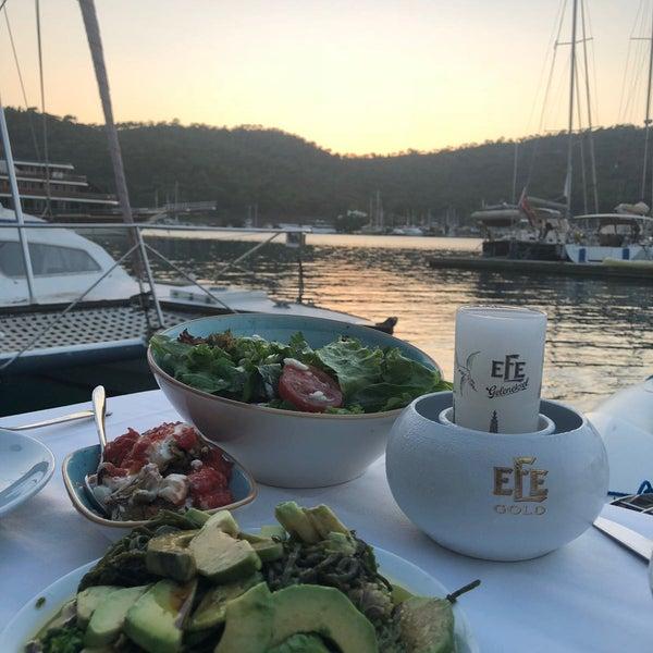 Foto tirada no(a) Fethiye Yengeç Restaurant por Taha A. em 7/15/2018