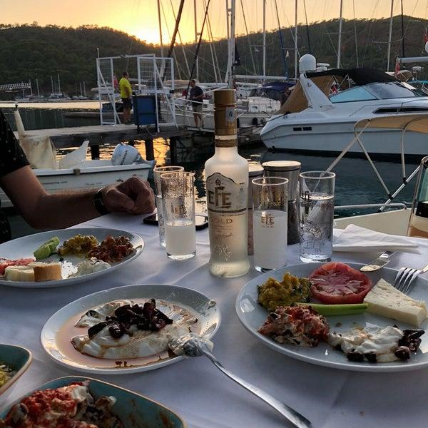 Foto tirada no(a) Fethiye Yengeç Restaurant por tommy d. em 7/2/2018