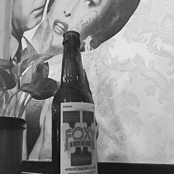 Foto tomada en Foxy Bar por Nica E. el 3/19/2016