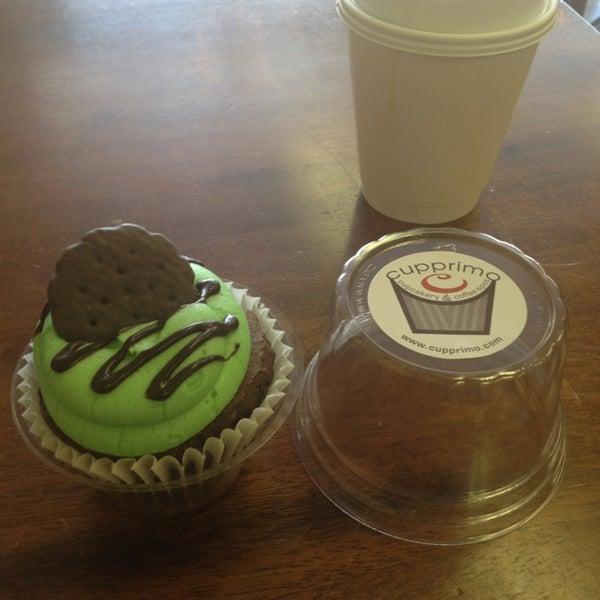 Foto tirada no(a) Cupprimo Cupcakery & Coffee Spot por Ruben R. em 4/4/2013