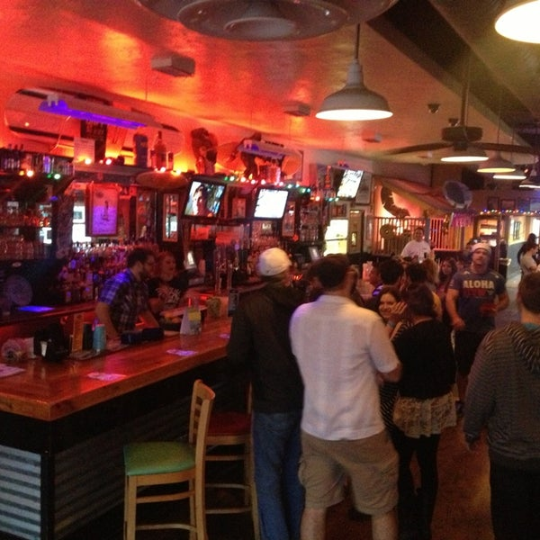 Foto diambil di Lucy's Retired Surfers Bar and Restaurant oleh Ruben R. pada 2/9/2013