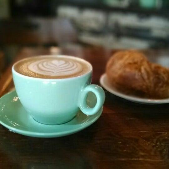Das Foto wurde bei Lenox Coffee von Kazem E. am 4/20/2014 aufgenommen
