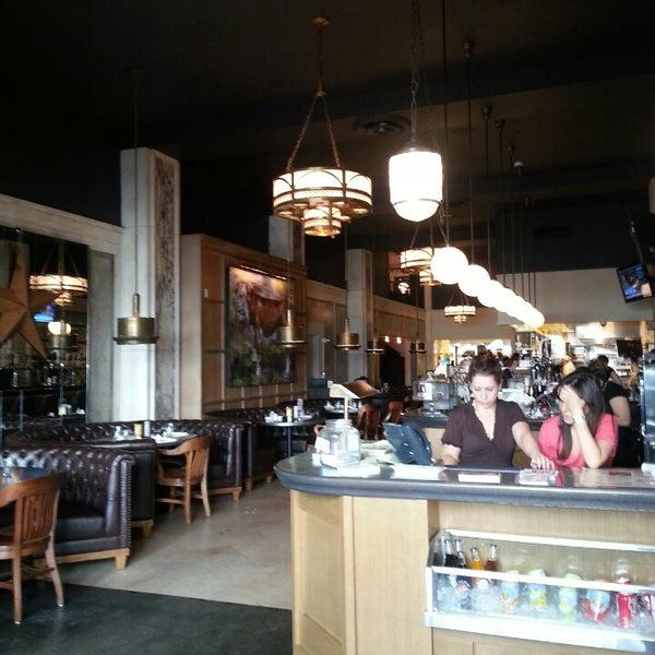 Das Foto wurde bei LT Bar & Grill von Stephanie F. am 4/9/2013 aufgenommen