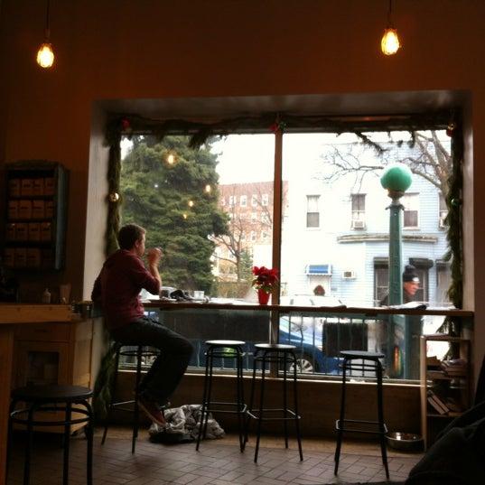 Foto tomada en Brooklyn Commune por Leslie L. el 12/29/2012