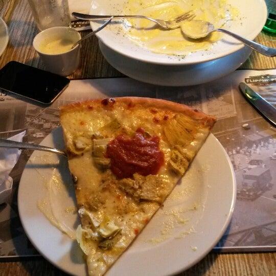 9/14/2013 tarihinde Sergio H.ziyaretçi tarafından Flippin' Pizza'de çekilen fotoğraf