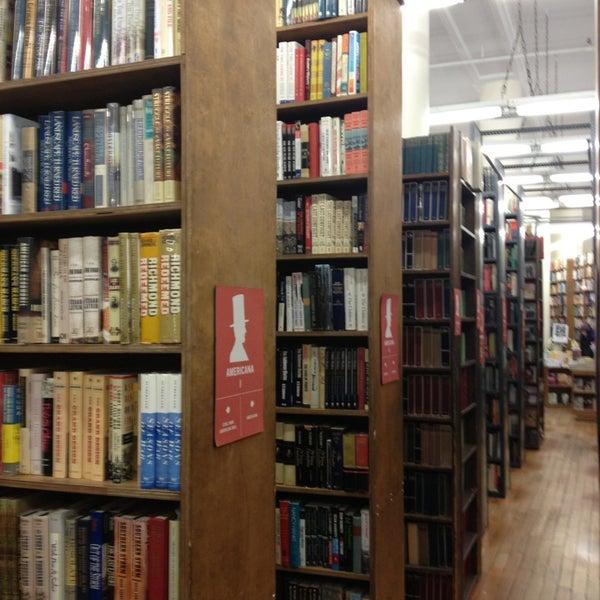 Das Foto wurde bei Strand Bookstore von Julie Z. am 3/16/2013 aufgenommen
