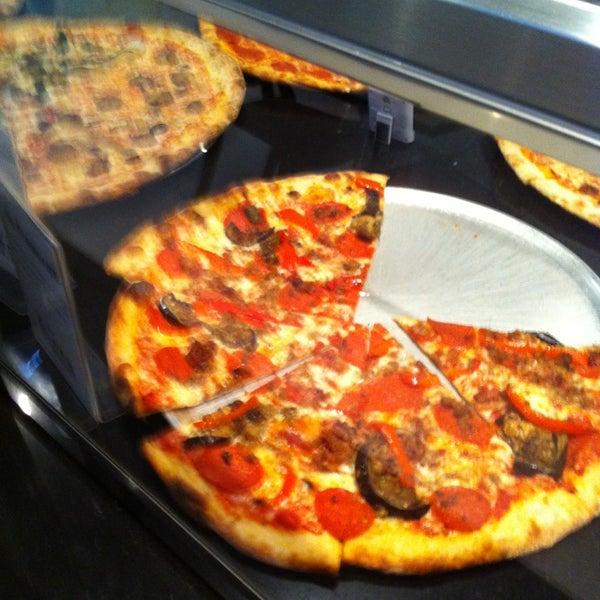 Снимок сделан в Pop Up Pizza пользователем Jose D. 3/30/2013