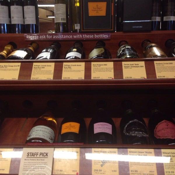 Foto tirada no(a) Astor Wines & Spirits por Q em 7/25/2013