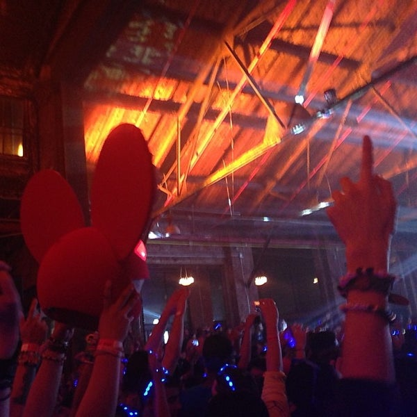 Foto diambil di Knockdown Center oleh Cecilia C. pada 11/12/2014