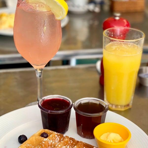"""Ótimo café da manhã """"estilo americano"""", ovos, bacon, bagel com salmão, waffle, pancake, omelete, cheesecake, sangria, mimosa etc."""