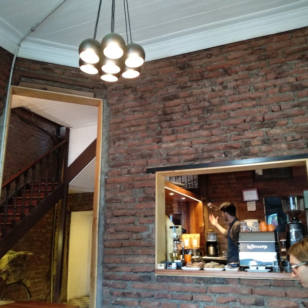 Buen ambiente y buena música, la comida deliciosa (salado y dulce). Sus cafés también muy ricos. Recomdable.