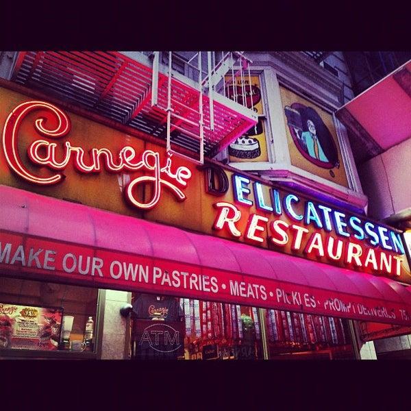 Foto tomada en Carnegie Deli por Markey G. el 11/15/2012