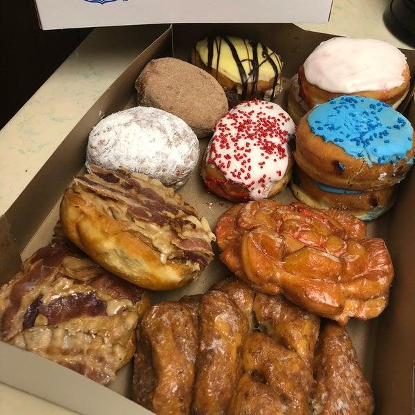 รูปภาพถ่ายที่ Cops & Doughnuts Bakery โดย Brandon S. เมื่อ 12/16/2018