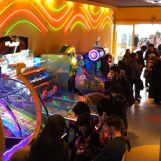 2/7/2018 tarihinde Fantasyland Oyun Merkezi & Coffeeziyaretçi tarafından Fantasyland Oyun Merkezi & Coffee'de çekilen fotoğraf