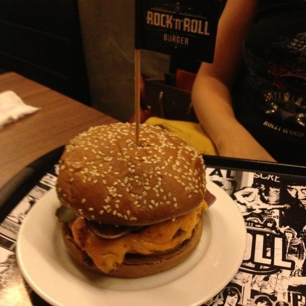 3/31/2013 tarihinde Karina C.ziyaretçi tarafından Rock 'n' Roll Burger'de çekilen fotoğraf