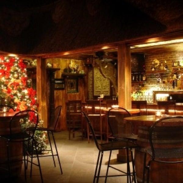 Foto tomada en Hurley's Saloon por NYCRestaurant .. el 6/2/2013
