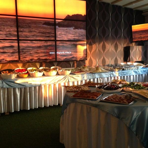 7/9/2013 tarihinde Mustafaziyaretçi tarafından Palace Cafe Restaurant & Bowling'de çekilen fotoğraf