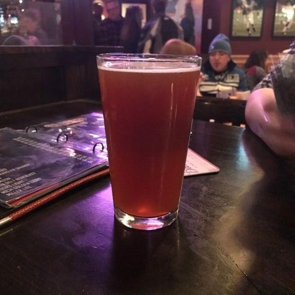 Foto tirada no(a) Huberts Sports Bar & Grill por Shaun Z. em 3/11/2017