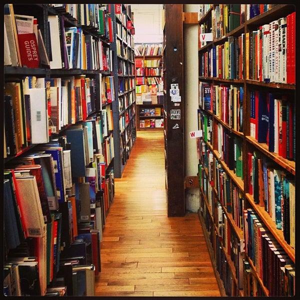 Das Foto wurde bei Strand Bookstore von Ali K. am 5/13/2013 aufgenommen