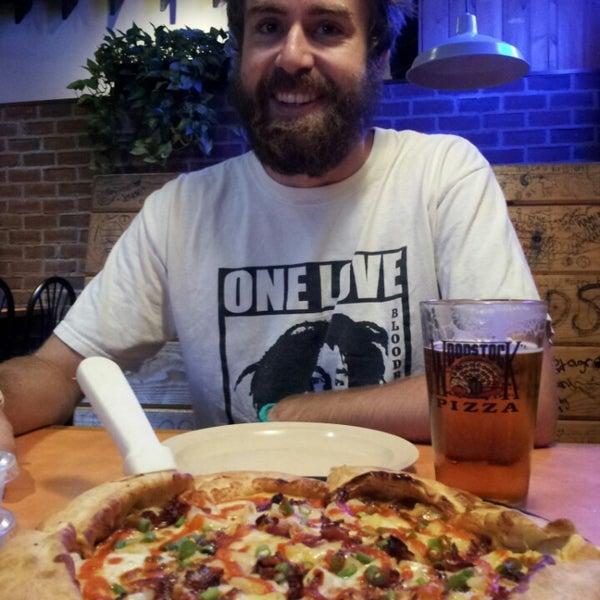 Foto diambil di Woodstock's Pizza oleh Jodes P. pada 9/26/2014