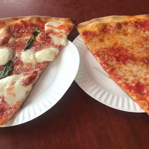 Foto scattata a Joe's Pizza da Melanie M. il 9/22/2017