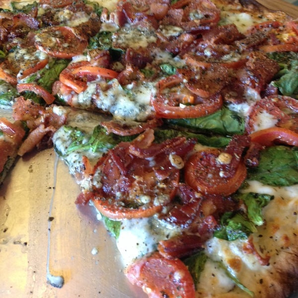 Foto tomada en West Crust Artisan Pizza por Jacque D. el 10/11/2013