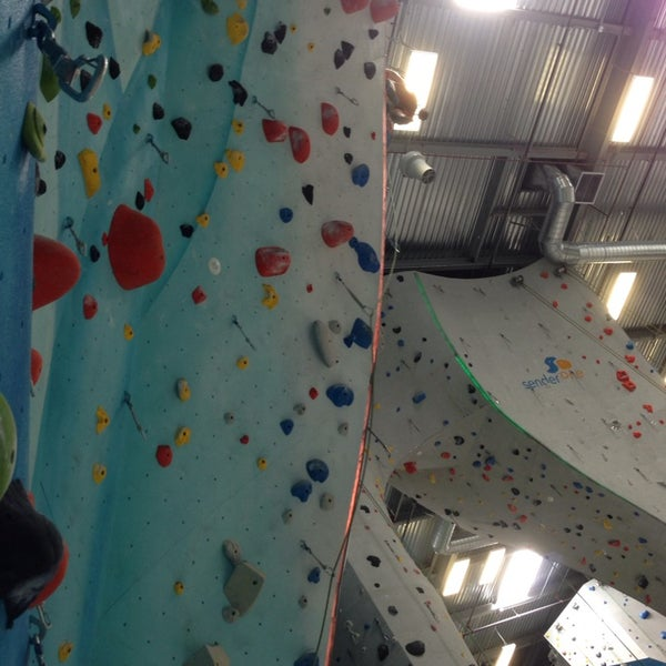 Foto tomada en Sender One Climbing, Yoga and Fitness por Nicki L. el 5/25/2014