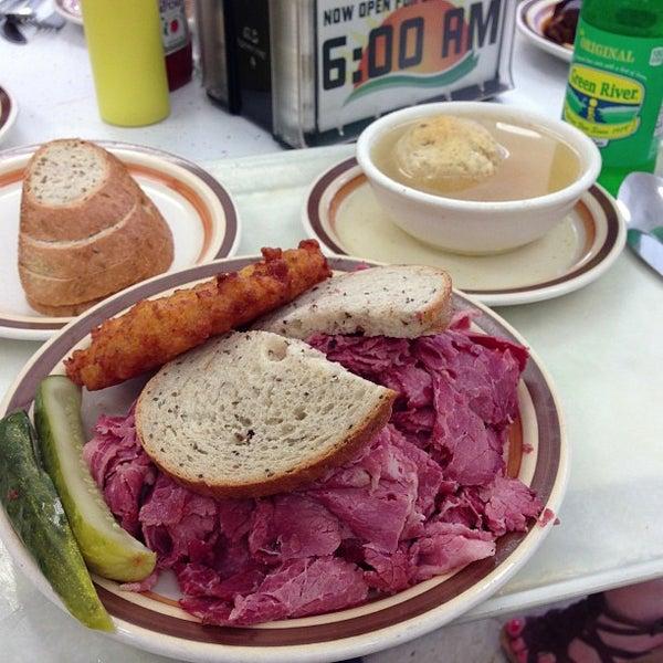 Foto diambil di Manny's Cafeteria & Delicatessen oleh Phil B. pada 5/14/2013