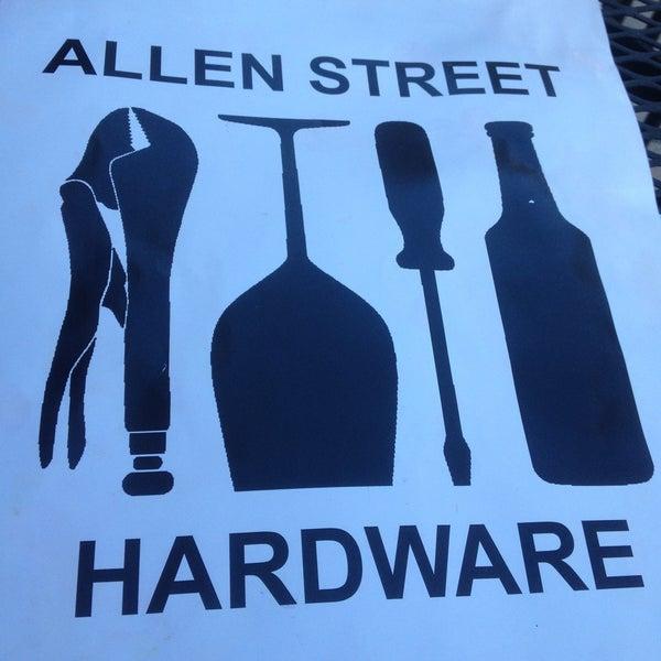Foto tomada en Allen Street Hardware Cafe por Joel C. el 5/5/2013