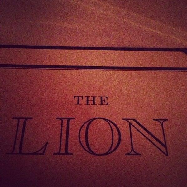 Photo prise au The Lion par Charlie M. le10/24/2012
