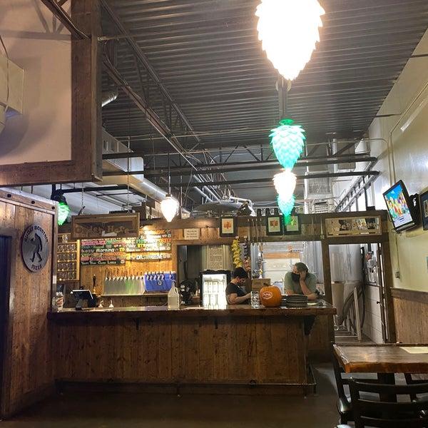 Das Foto wurde bei Strange Craft Beer Company von Billie H. am 10/6/2020 aufgenommen