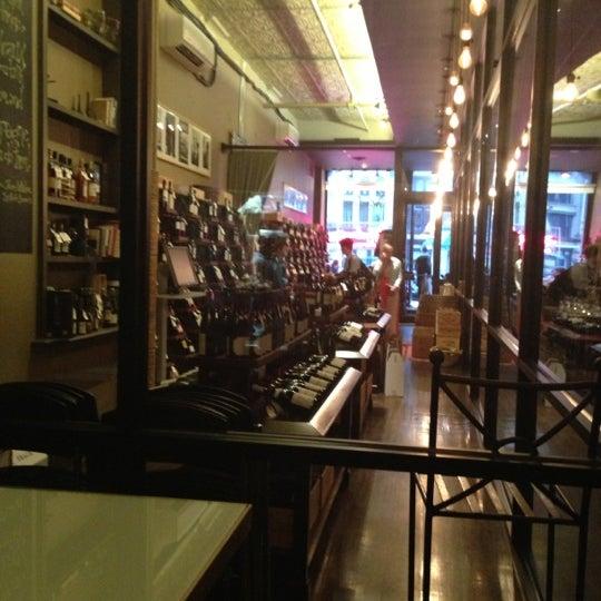 Foto tomada en Maslow 6 Wine Bar and Shop por Cindy C B. el 9/28/2012