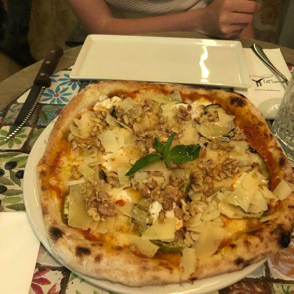 Das Foto wurde bei Il Vicino Pizzeria von oya am 9/13/2019 aufgenommen