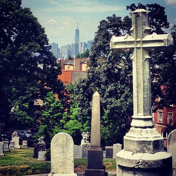 Foto tomada en Green-Wood Cemetery por Brian P. el 7/27/2013