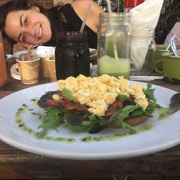 Снимок сделан в Casasola Café & Brunch пользователем Fernanda V. 4/21/2017
