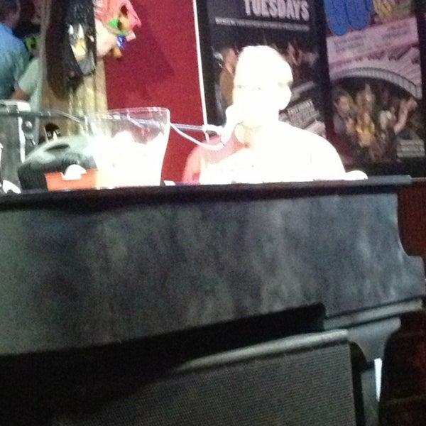 Das Foto wurde bei Shout House Dueling Pianos von Darla B. am 7/18/2013 aufgenommen