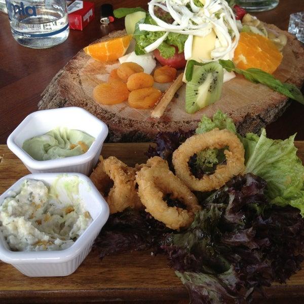 4/22/2013 tarihinde Özge A.ziyaretçi tarafından Eat'n Joy Mangal'de çekilen fotoğraf