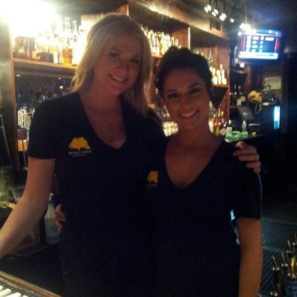 Das Foto wurde bei Royal Oak Bar and Grill von Bfloss N. am 4/27/2013 aufgenommen