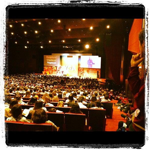 Das Foto wurde bei İstanbul Kongre Merkezi von Hazan A. am 11/24/2012 aufgenommen