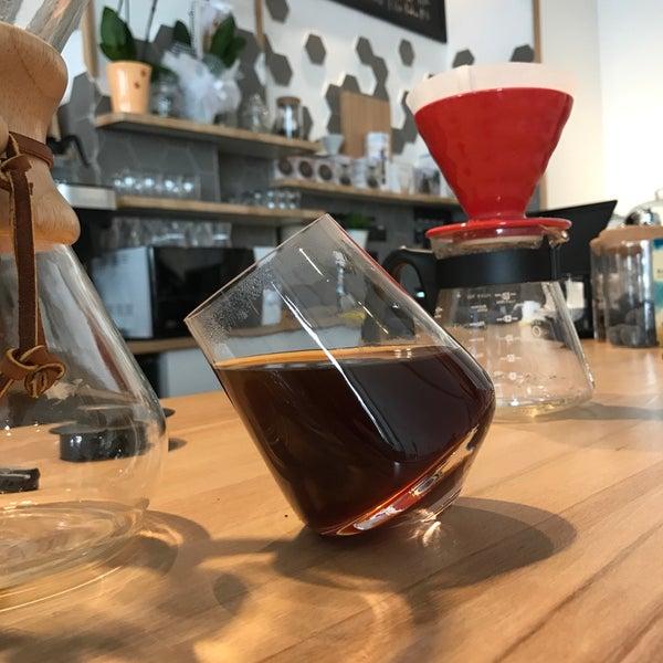 Demleme kahveleri çok başarılı, ev yapımı tatlılarından magnolia şiddetle tavsiyemdir. Ferah ve samimi bir ortam. Yakında çok popüler olacağı belli.