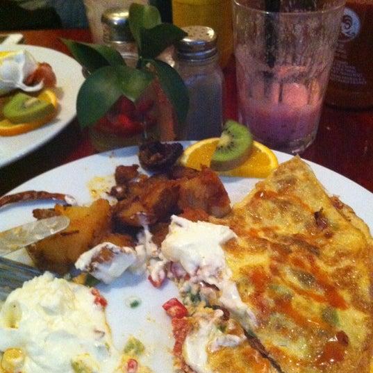 Foto scattata a Milk Bar & Bistro da Eric M. il 12/9/2012