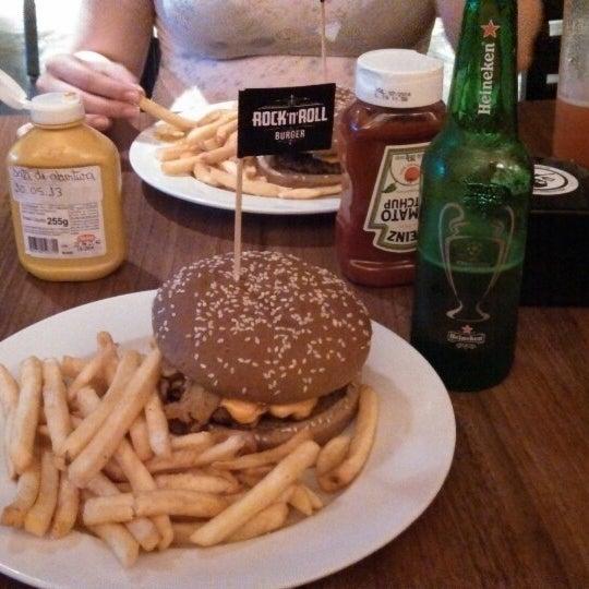 5/18/2013 tarihinde Michelle M.ziyaretçi tarafından Rock 'n' Roll Burger'de çekilen fotoğraf
